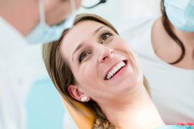 Eine professionelle Zahnreinigung hilft das Gebiss lange zu erhalten