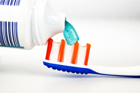 Zahncreme übernimmt einen chemischen und mechanischen part bei der Zahnreinigung