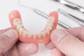 Vollprothesen fungierne als komplett - Zahnersatz
